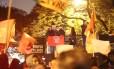 Candidata Luiza Erundina, impedida de participar de debate na TV Bandeirantes, participa de ato na frente da emissora