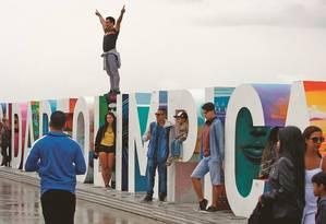 Cariocas e turistas tiram fotos no Boulevard Olímpico. Prefeitura prepara calendário de eventos para o local Foto: Luiz Ackermann