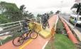 Ciclistas desrespeitam bloqueios na Ciclovia Tim Maia, em São Conrado: trecho que desabou em abril já foi reconstruído, mas prefeitura não liberou a via porque faltam testes