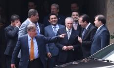 Temer ouve André Moura, líder do governo na Câmara, após reunião com ministros Foto: André Coelho / Agência O Globo