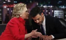 "Candidato presidencial democrata Hillary Clinton fala com Jimmy Kimmel durante uma pausa na gravação de ""Jimmy Kimmel Live!"", em Los Angeles Foto: Carolyn Kaster / AP"
