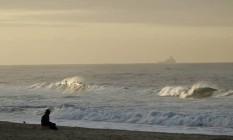 Homem observa o mar de Ipanema Foto: Pedro Teixeira / Agência O Globo