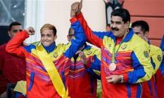 Nicolás Maduro celebra com o boxeador Yoel Segundo Finol, que obteve medalha de bronze Foto: Federico Parra / AFP