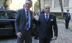 Ministro do Interior francês, Bernard Cazeneuve (à dir.), recebe seu colega alemão, Thomas de Maiziere, em Paris Foto: PASCAL ROSSIGNOL / REUTERS