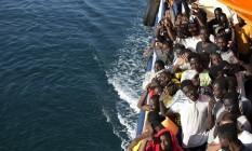 Migrantes são levados para Trapani, na Itália, após resgate: programa de realocação ainda não decolou Foto: Yara Nardi / AP/20-8-2016