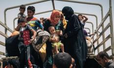 Civis fogem de área que era controlada pelo Estado Islâmico em direção ao campo de Dibaga, Norte do Iraque Foto: Alice Martins / AP/17-8-2016