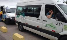 Uma van com atletas deixou a Vila Olímpica para ir até o Corcovado Foto: Gustavo Loio
