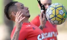 Vontade. Pará domina a bola no peito em um treino do Flamengo: esperança de estrear logo na Sul-Americana Foto: Flamengo/Gilvan de Souza/18-8-2016