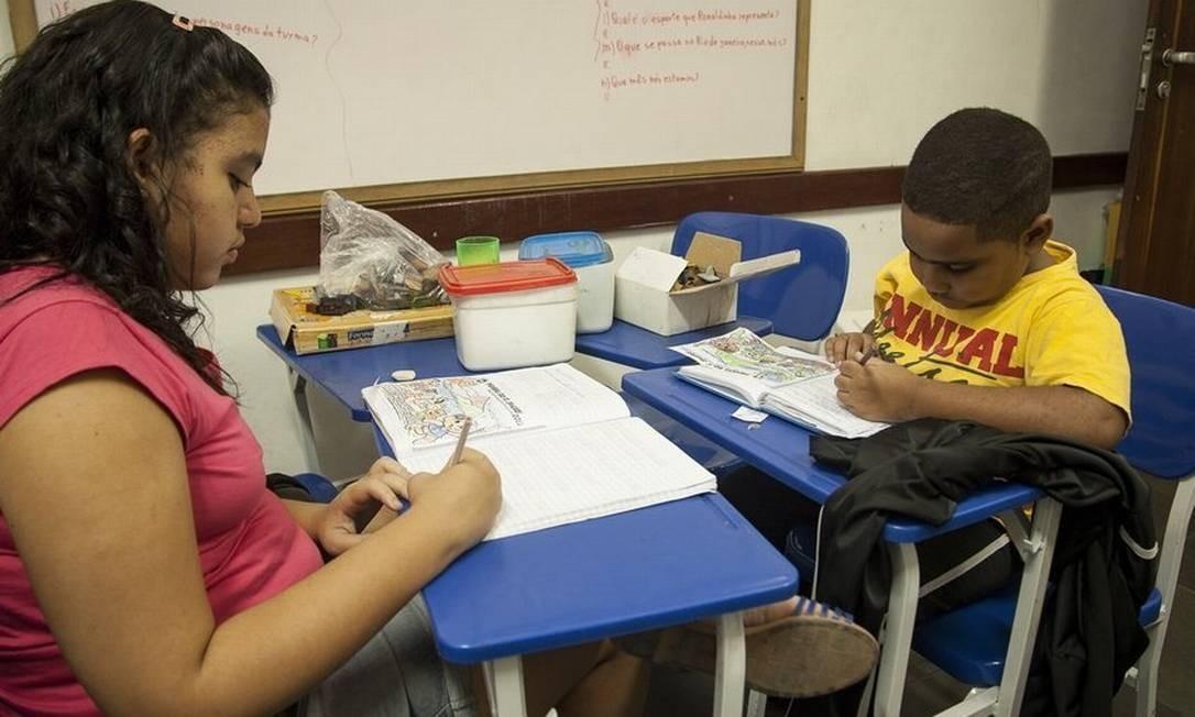 Educação. Manoela e Caio, crianças com autismo na sala de aula Foto: Analice Paron