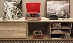 O novo e o velho. Reproduções de uma vitrola e de uma máquina de escrever no estilo retrô Foto: Divulgação / Divulgação/Lívia Quintella