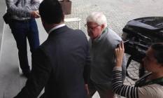 Dermot Henihan, membro do comitê irlandês, chega para depor Foto: Agência O Globo / Maurício Ferro