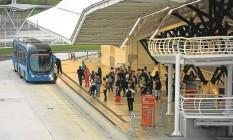 Passageiros aguardam o BRT: novas linhas são consideradas parte do legado dos Jogos Olímpicos e devem beneficiar cerca de 640 mil pessoas por dia Foto: Guilherme Leporace