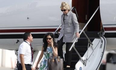 Hillary (nas escadas) e Huma Abedin chegam à Califórnia Foto: Carolyn Kaster / AP/22-8-2016
