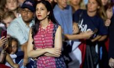 Huma Abedin espera enquanto Hillary cumprimenta apoiadores em comício nos EUA Foto: Mark Makela / AFP