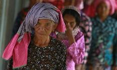 Mulheres chegam à audiência de julgamento sobre os casamentos forçados e violações no regime do Khmer Foto: SAMRANG PRING/REUTERS
