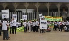 Servidores do Itamaraty pedem aumento salarial em frente à sede do Ministério das Relações Exteriores Foto: Givaldo Barbosa / Agência O Globo 23/08-2016