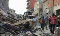 Equipes de socorro buscam vítimas nos escombro da cidade de Amatrice, no centro da Itália Foto: Reuters / Emiliano Grillotti