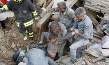 Homem é retirado dos escombros na cidade de Amatrice Foto: Remo Casilli/Reuters