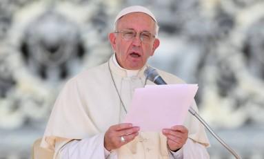 Papa Francisco lê suas condolências para as vítimas do terremoto no centro da Itália durante sua audiência geral semanal na Praça de São Pedro, no Vaticano Foto: VINCENZO PINTO / AFP