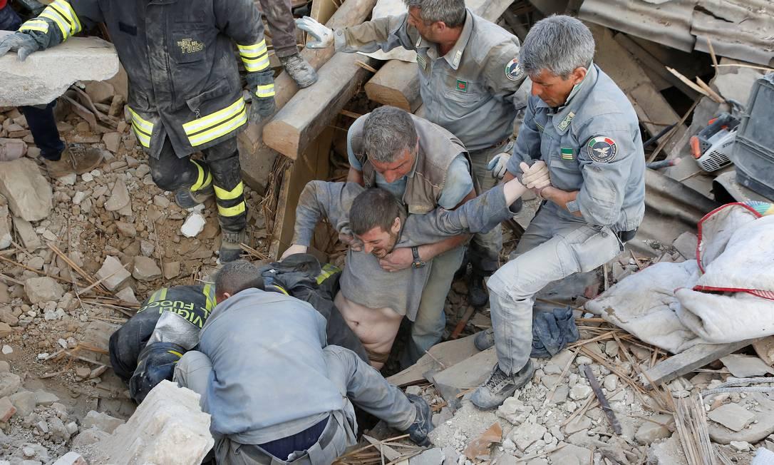 Homem é retirado com vida dos escombros em Amatrice, na região central da Itália REMO CASILLI / REUTERS