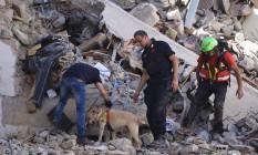 Bombeiros trabalham em meio aos escombros do centro histórico Foto: FILIPPO MONTEFORTE / AFP