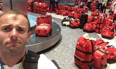 Nick Dempsey brincou com a stuação: ' A minha é a vermelha' Foto: Reprodução/Twitter