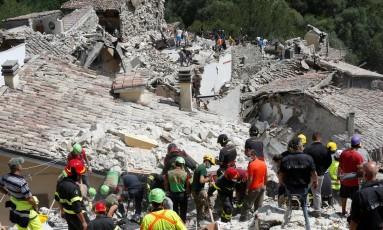 Equipes de resgate trabalham em Pescara del Tronto, no Centro da Itália, após terremoto Foto: REMO CASILLI / REUTERS