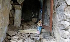 Estátua da Virgem Maria em meio à destruição da igreja causada pelo terremoto em Pescara del Tronto, Itália Foto: REMO CASILLI / REUTERS