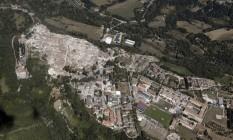 Imagem aérea mostra a devastação do terremoto no centro histórico de Amatrice Foto: Gregorio Borgia / AP