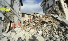 Bombeiros resgatam um homem no centro de Arquata Foto: Sandro Perozzi / AP