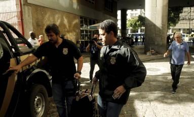 Agentes da Polícia Federal apreenderam documentos na sede da Confederação Brasileira de Tiro Esportivo, no Centro do Rio Foto: Gabriel de Paiva / Agência O Globo