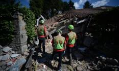 Equipes de emergência trabalham em casa destruída por terremoto em Amatrice, na Itália Foto: FILIPPO MONTEFORTE / AFP