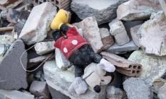 Brinquedo é encontrado entre destroços após terremoto na Itália Foto: Massimo Percossi / AP