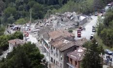 Equipes de resgate buscam vítimas em casas que colapsaram após terremoto em Pescara del Tronto, na Itália Foto: Sandro Perozzi / AP