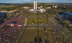 Isolamento. Manifestantes contra (à esq.) e favor (à dir.) do impeachment ocupam a Esplanada dos Ministérios Foto: Ricardo Stuckert/ Insituto Lula/17-4-2016