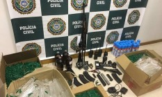 Polícia apreendeu rádios comunicadores, carregadores de fuzil, grande quantidade de frascos de lança perfume, produtos químicos, um fuzil AK47, uma luneta, uma pistola e granada militar Foto: Divulgação