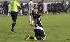 Éder Luis ergue as mãos aos céus ao marcar o gol do Vasco na derrota para o Santos Foto: Carlos Gregório