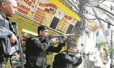 Policiais do Bope usam fuzis durante uma operação no Morro Pavão-Pavãozinho, em Copacabana Foto: Márcia Foletto