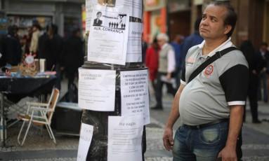 """À procura. Nelson Moreira da Silva está há um ano e cinco meses desempregado: """"Não dá para ficar em casa olhando para a parede. Mas as vagas quase não aparecem"""" Foto: Agência O Globo / Marcos Alves"""