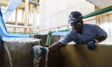 Água. Estação de tratamento de esgoto de Itaipu, da Águas de Niterói, uma das interessadas na privatização do saneamento Foto: Fernando Lemos/Agência O Globo/18-8-2016