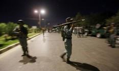 Forças de segurança se reúnem no perímetro do complexo da Universidade Americana, em Cabul Foto: OMAR SOBHANI / REUTERS