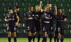 Rafael Marques, do Figueirense, ergue os braços para comemorar um de seus gols diante do Flamengo Foto: NELSON ALMEIDA / AFP