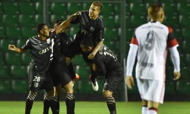 Rafael Moura comemora um de seus três gols na vitória do Figueirense sobre o Flamengo Foto: NELSON ALMEIDA / AFP