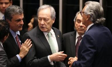 O presidente do Supremo Tribunal Federal Ricardo Levandovski conversa com o advogado José Eduardo Cardozo e senadores Foto: André Coelho / Agência O Globo