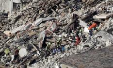 Equipe de resgate procura vítimas nos escombros em Pescara del Tronto, uma das cidades afetadas pelo terremoto na Itália Foto: Gregorio Borgia / AP