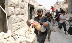 Criança ferida é retirada após bombardeio em Bab al-Nairab, na cidade síria de Aleppo Foto: AMEER ALHALBI / AFP