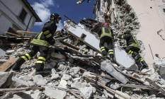 Bombeiros buscam por sobreviventes em meio aos escombros em Arquata, região central da Itália Foto: Angelo Carconi / AP