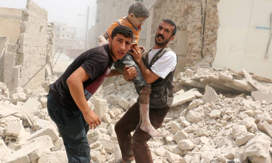 Um menino ferido é socorrido após um bombardeio no bairro de Bab al-Nairab, em Aleppo, na Síria Foto: AMEER ALHALBI / AFP