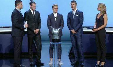 Estilo de Griezmann na festa de gala da Uefa, misturando terno com tênis sem meias, virou piada nas redes sociais Foto: Reprodução/TV