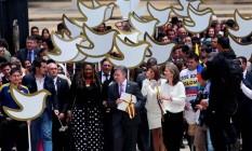 Presidente da Colômbia, Juan Manuel Santos, e primeira-dama, Maria Clemencia de Santos, chegam ao Congresso para apresentar texto definitivo do acordo de paz com as Farc Foto: JOHN VIZCAINO / REUTERS